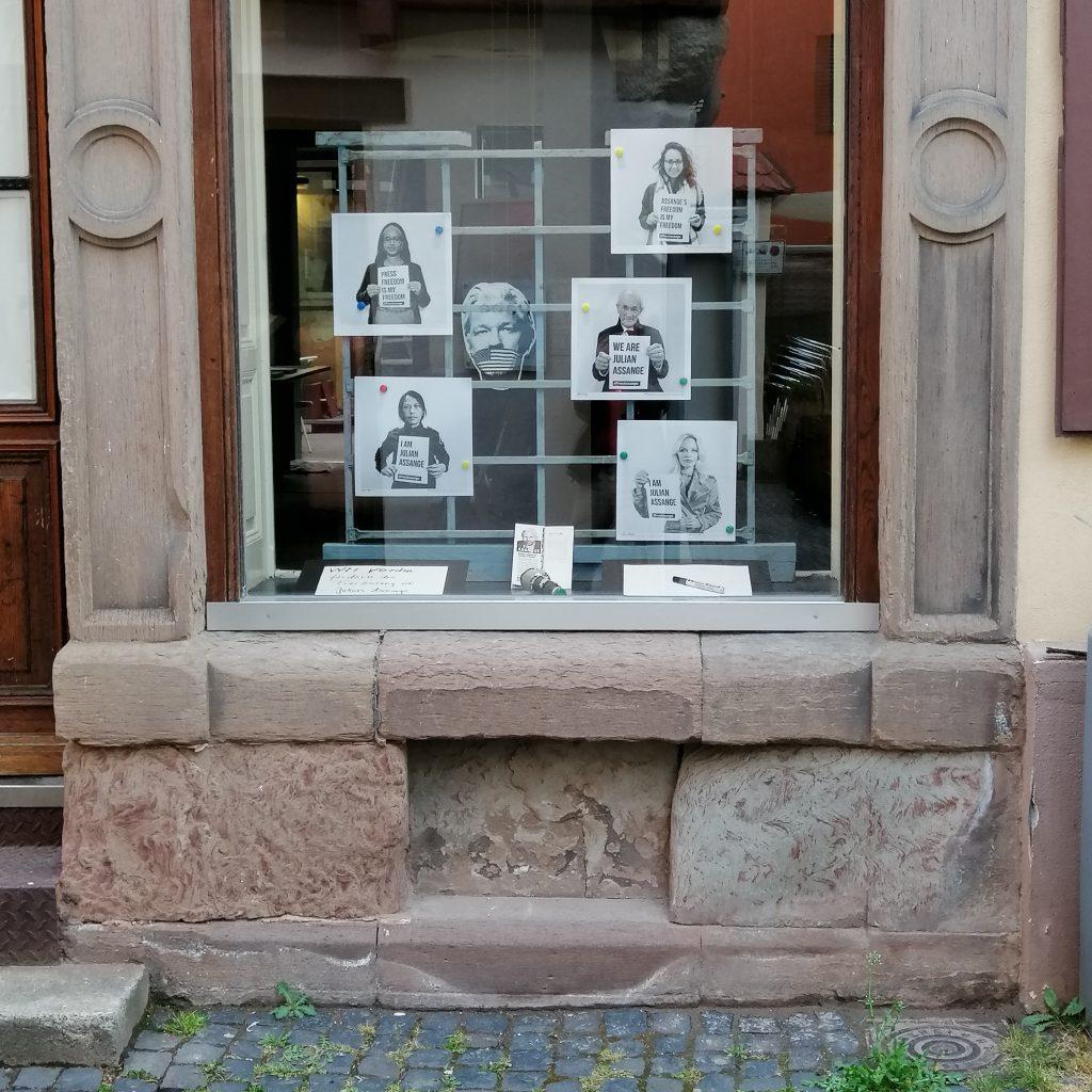 Fassade und Schaufenster, free Assange